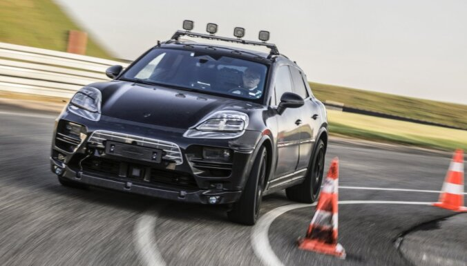 'Porsche' uzsāk elektriskā 'Macan' prototipu testēšanu reālajā vidē