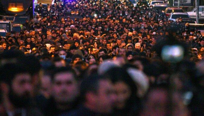 Tūkstošiem armēņu demonstrācijās pieprasījuši Pašinjana atkāpšanos