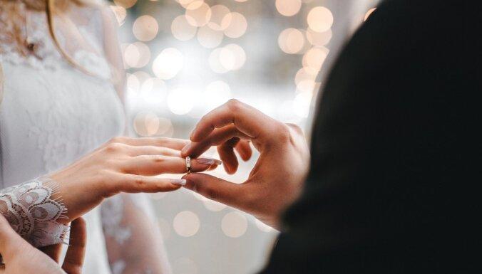 Mirdzuma efekts, kaltēti ziedi un minimālisms: 2020. gada kāzu tendences