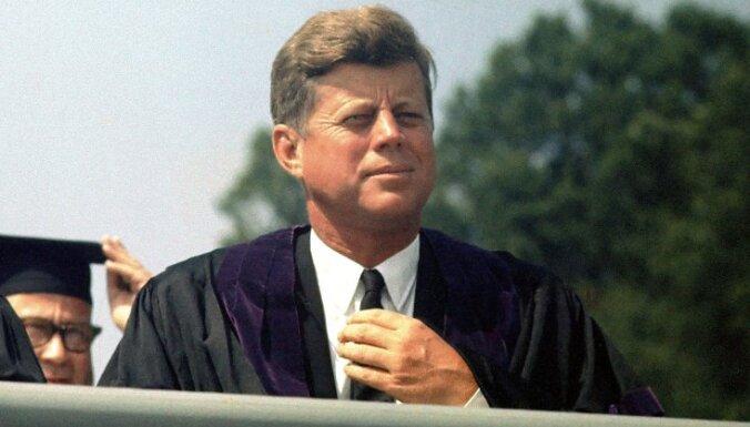 Monro, lielas krūtis un sānsoļi: Džona Kenedija kaislības un noslēpumi