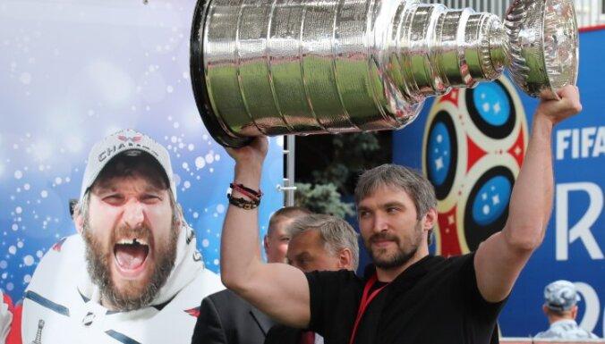 ВИДЕО: Чемпионов НХЛ попросили не повторять трюк Овечкина с Кубком Стэнли