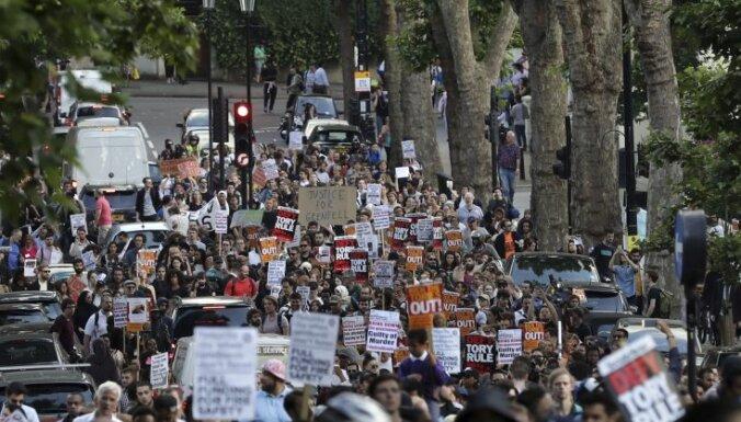 В Лондоне после пожара в высотке вспыхнули стихийные демонстрации