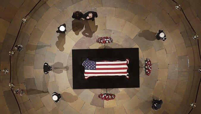 Foto: Amerikāņi Kapitolijā atvadās no Džordža Buša vecākā