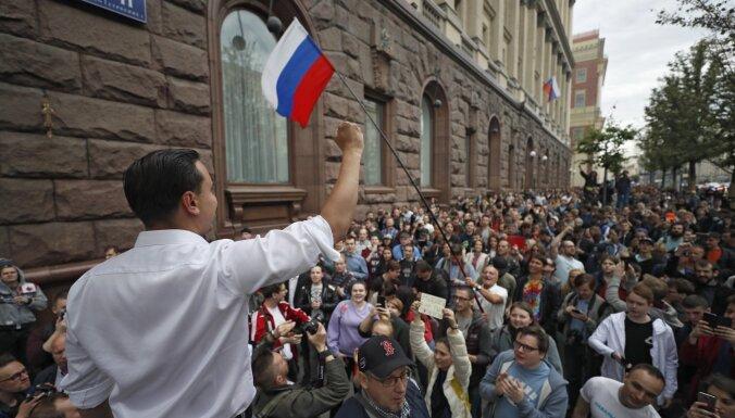 Protestētāji Maskavā pieprasa nekavēt opozīcijas kandidātu piedalīšanos galvaspilsētas domes vēlēšanās
