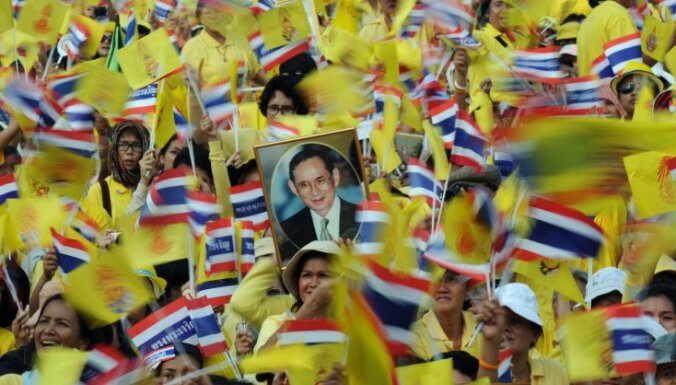 Fotoreportāža: Taizemes karali sveic dzimšanas dienā