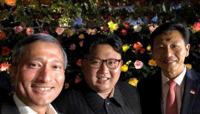 Ким Чен Ын прогулялся по Сингапуру и сделал селфи с чиновниками