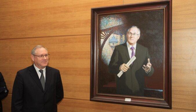 Staķis vēl nav lēmis par Rīgas mēru portretu galerijas papildināšanu