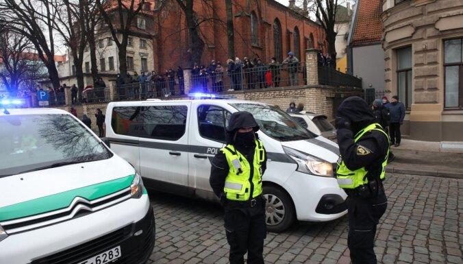 Pēc uzbrukuma policistam 11. novembra krastmalā lems par kriminālprocesa ierosināšanu