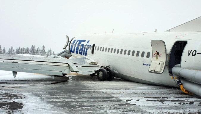 Video: Krievijā lidmašīna nolaižoties nolauž šasiju