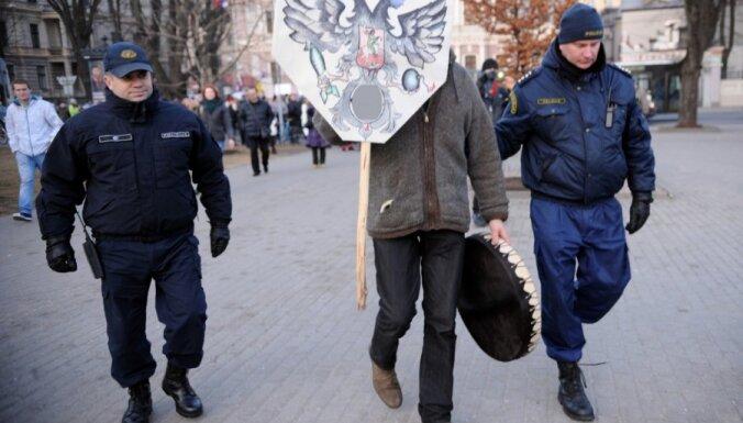 Aiztur vienu no Ukrainas atbalsta piketa dalībniekiem
