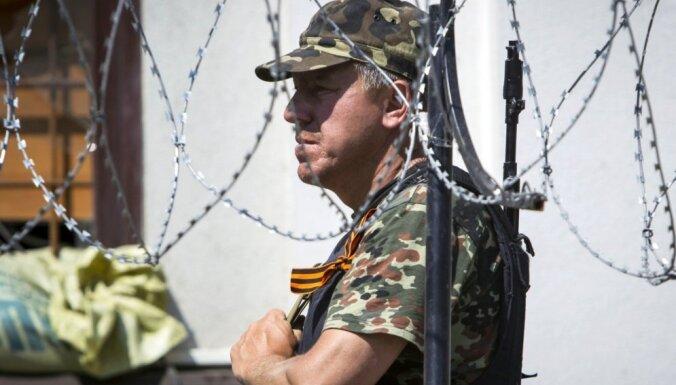 Ukrainas austrumos nolaupītos EDSO novērotājus tur kā 'drošības ķīlu'