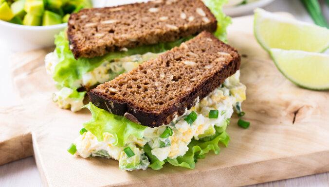 Universālais olu salātu sendvičs un tā dažādās variācijas