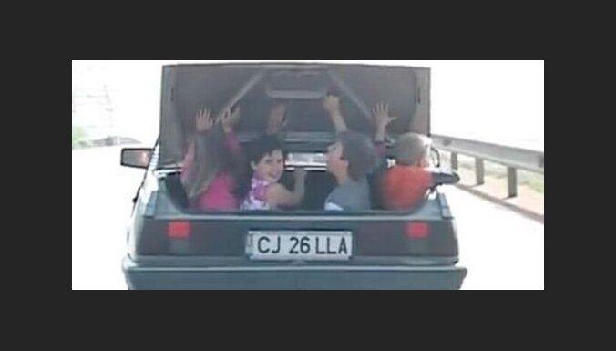 Glābēji atbrīvo auto bagāžniekā iesprūdušu bērnu