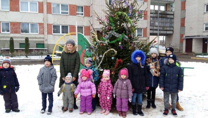Kaimiņu būšana Daugavpilī: 120 cilvēki apvienojas eglītes iegādē un rotāšanā
