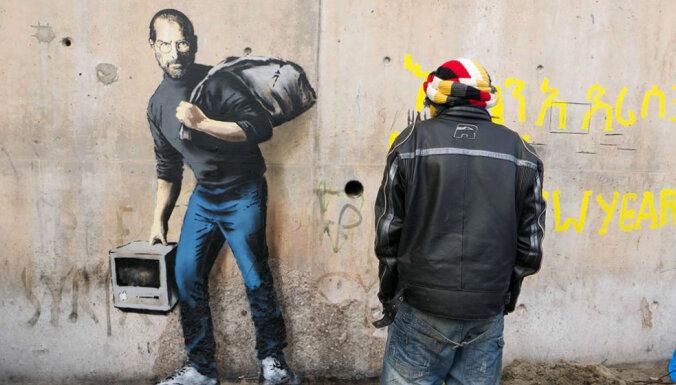 Benksijs 'Džungļos' uzglezno Džobsa attēlu un atgādina - bēgļu vidū var būt ģēniji