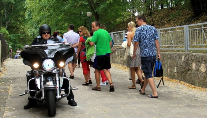 Fotoreportāža: noskaidrots efektīvākais transportlīdzeklis braukšanai no Rīgas uz Jūrmalu