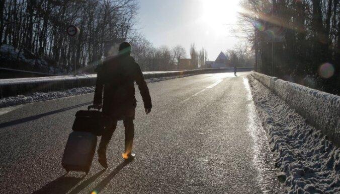 Латвию покидают тысячи людей, но число уезжающих снизилось