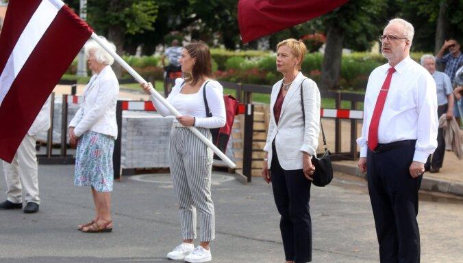 Rīgā cilvēku ķēdē Baltkrievijas atbalstam piedalās ap 400 cilvēku, arī vairāki mēra amata kandidāti