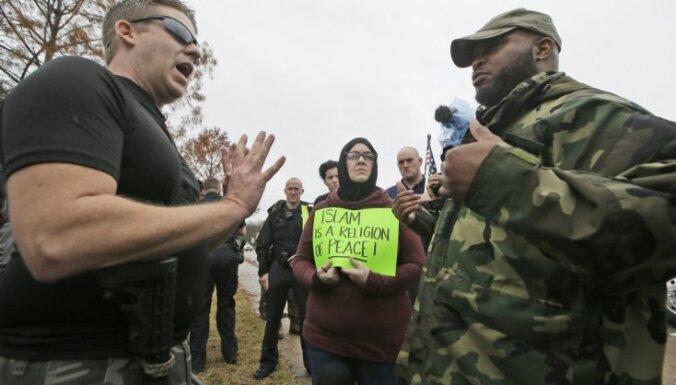 Islamofobu un musulmaņu vienlaicīgas akcijas Teksasā organizēja Kremļa 'troļļu ferma', domā senators