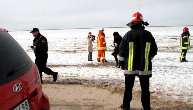 Ceturtdien glābēji Stopiņu novadā palīdzējuši ledū ielūzušai govij
