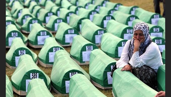 epa02244549 A Bosnian Muslim women mourns over a casket during the funeral of 775 newly-identified Bosnian Muslims at the Potocari Memorial Center, Srebrenica, Bosnia and Herzegovina, 11 July 2010. The burial was part of a memorial ceremony to mark the 15