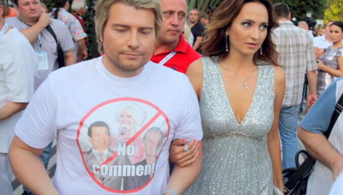 Baskovs Jūrmalā provocē ar uzrakstu uz T-krekla