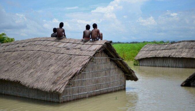 Foto: Musonu lietavu plūdos Dienvidāzijā vairāk nekā 100 bojā gājušie