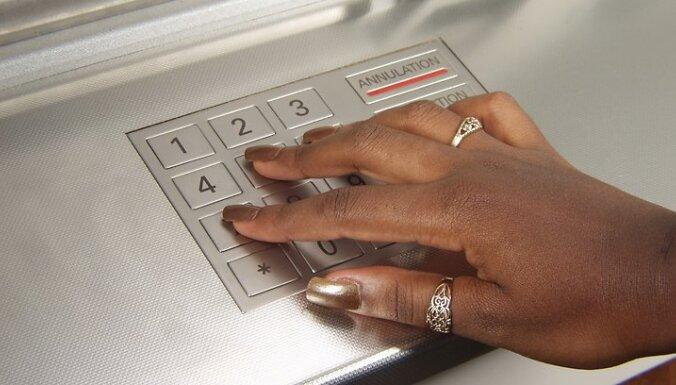 Vairums Latvijas iedzīvotāju izmanto vien četru banku pakalpojumus, liecina aptauja