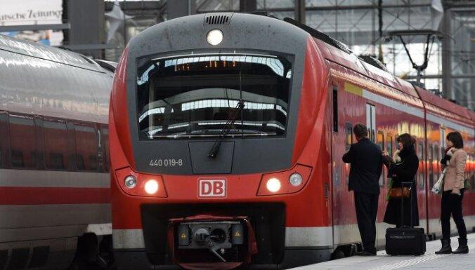 Vācijā plāno palielināt aviobiļešu un samazināt vilcienu biļešu cenas