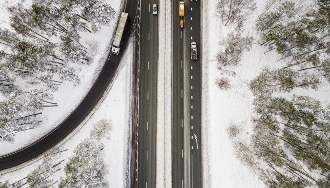 Foto: Daudzviet sniegoti autoceļi, aicina plānot papildu laiku ceļam
