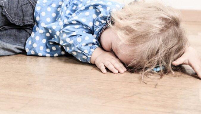 Глухота, слепота, паралич и даже смерть: врачи призывают не трясти и не подбрасывать детей