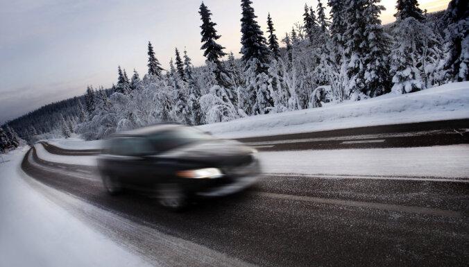 Rīgā gaidāms sniegs un apledojums; autovadītājus skubina ievērot piesardzību