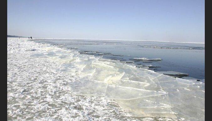 Glābēji Pērnavas līcī krastā nogādā divus makšķerniekus no Latvijas