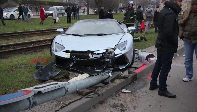 ФОТО, ВИДЕО: В Таллине Lamborghini снес столб и остановил трамваи