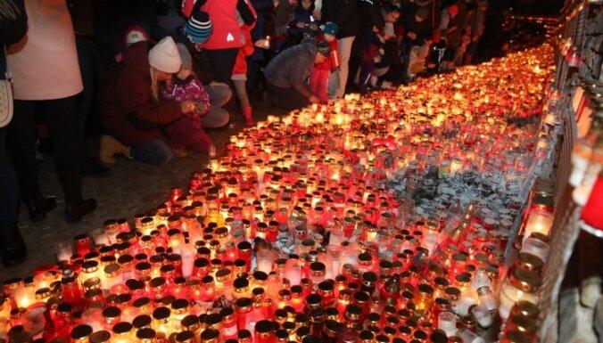 Foto: 11. novembra krastmalā iemirdzas tūkstošiem svecīšu