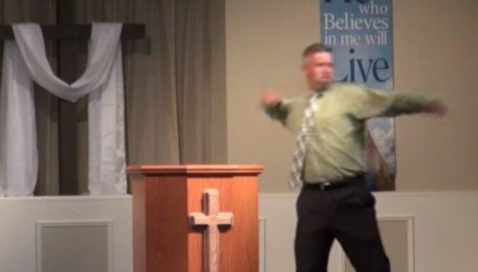 Mācītājs demonstrē, kā dieva vārdā sitis bērnu