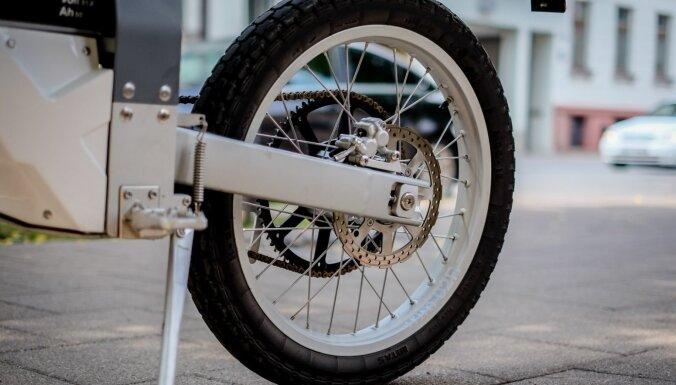 'Delfi' testē: uz cik skrien pilsētas taku elektromotocikls 'Cake'