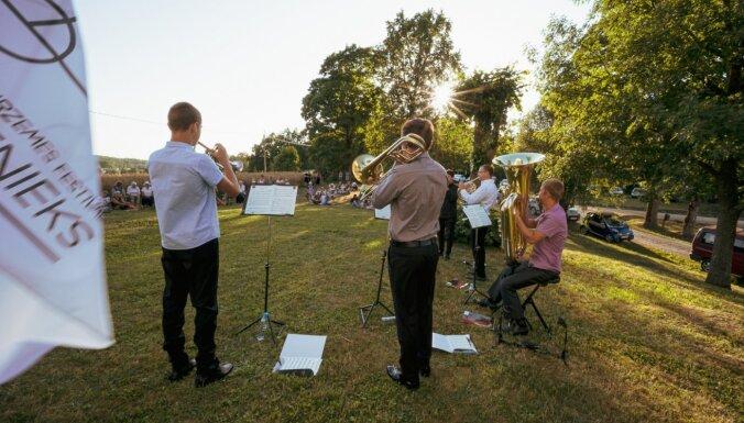 Foto: Vasarīgi koncerti Dienvidkurzemē – turpinās festivāls 'Rimbenieks'