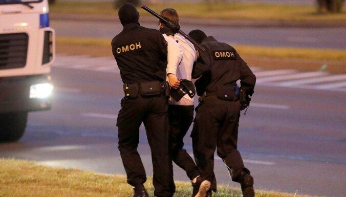 ФОТО, ВИДЕО: десятки тысяч у резиденции Лукашенко, сотни задержанных