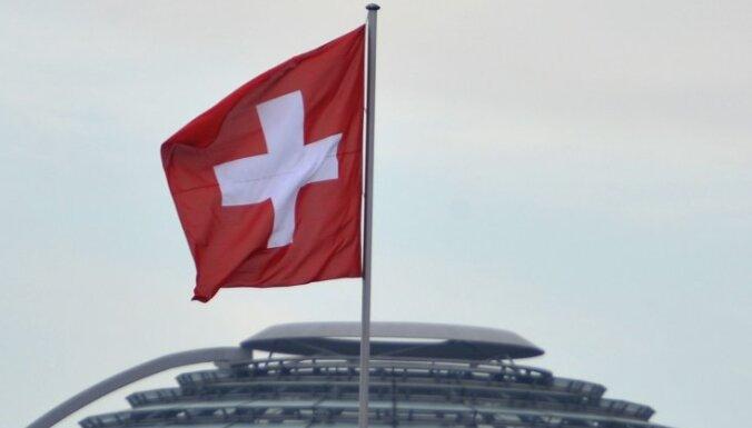 Šveices valdība aicina balsot pret imigrācijas kvotām ES pilsoņiem