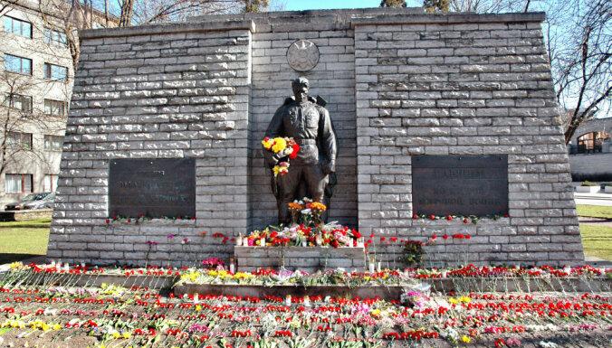 ФОТО. Празднование 9 мая в Таллине: к Бронзовому солдату нескончаемо идут люди