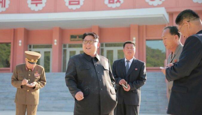 Kims Čenuns pretsmēķēšanas pasākumā pieķerts, velkot dūmu