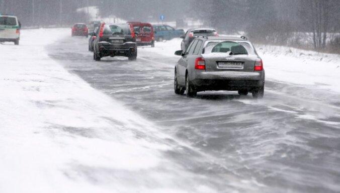 Otrdienas rītā Rīgā reģistrētas 26 avārijas