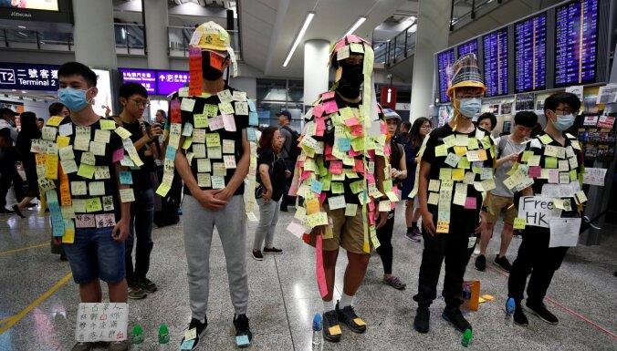 Honkongas lidostā noorganizēti protesti iebraucēju informēšanai