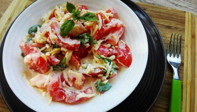 Салат с помидорами, яйцом, сыром и базиликом