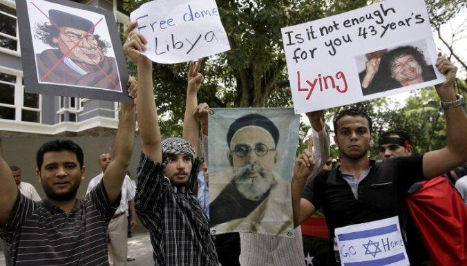 Lībijas diplomāti ārvalstīs turpina pārtraukt attiecības ar Kadafi režīmu