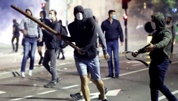 Covid-19: Serbijā vardarbīgi protestē pret ierobežojumu atjaunošanu