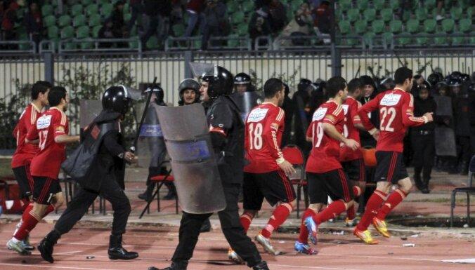 Vismaz 74 bojāgājušie līdzjutēju izraisītās nekārtībās stadionā futbola spēlē Ēģiptes pilsētā Portsaidā (9:00)