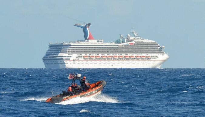 На дрейфующем лайнере начали драться за еду