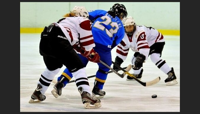 Foto: Latvijas sieviešu hokeja izlases trešā uzvara pasaules čempionātā